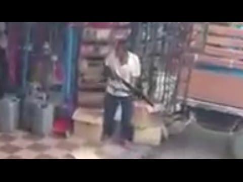 Video Kes Samun Kedai Runcit - Suspek Telah Ditembak Namun Berjaya Melarikan Diri Ke Dalam Hutan. download in MP3, 3GP, MP4, WEBM, AVI, FLV January 2017