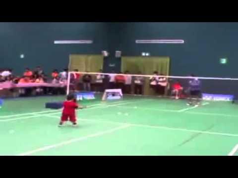 Chuyện lạ: Cậu bé 2 tuổi đánh cầu lông cực siêu