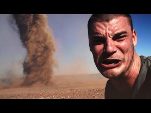 vuole fare una selfie con il tornado, ma gli va a finire male...