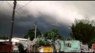 internauta Guilherme enviou imagens do temporal chegando a Santa Maria, centro-norte gaúcho, na manhã desta sexta-feira, 2/10. Quer ver o vídeo de sua cidade...