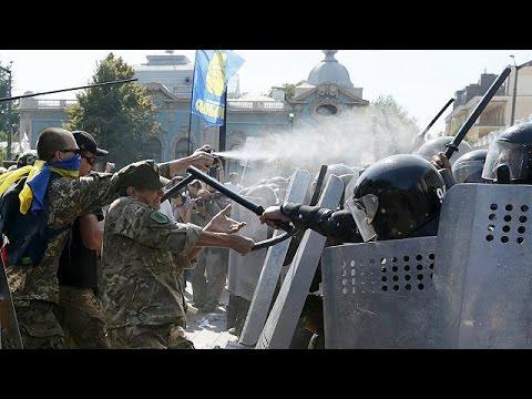 Ουκρανία: Βίαιες διαδηλώσεις κατά της παραχώρησης αυτονομίας στους φιλορώσους