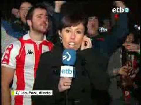 Aficionado del Athletic punteando a la reportera