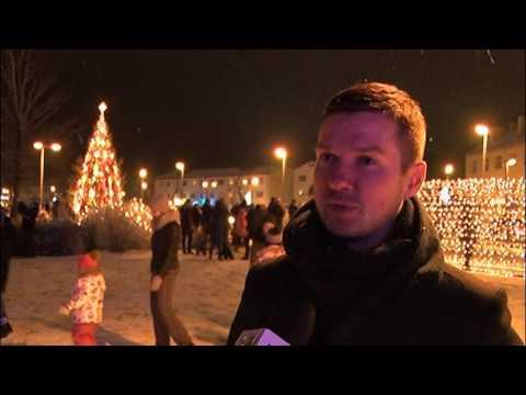 Valmierā iedegta Ziemassvētku egle