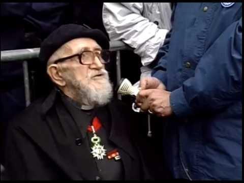 1993 - L'abbé Pierre soutient des familles immigrées boulevard René Coty