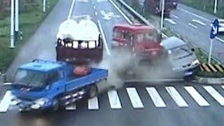 Oszukać przeznaczenie wersja hard! Motocyklista cudem uniknął śmierci na skrzyżowaniu!