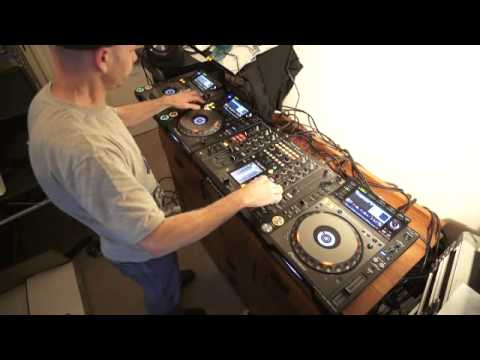 DJ MIXING LESSON WITH THREE TURNTABLES ADDING A MASH UP IN THE MIX BY ELLASKINS THE DJ TUTOR