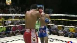 Jaroensub Kiatchalermpop vs Aphisit K. T. Gym @ Channel7 16.10.11 - YouTube.flv