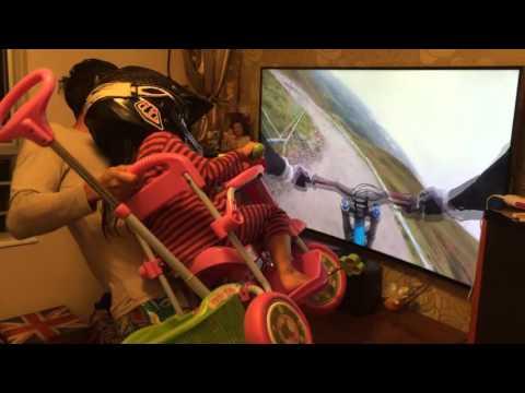 港爸在家播影片手動抬單車,讓女兒一嚐騎爬山單車的滋味!