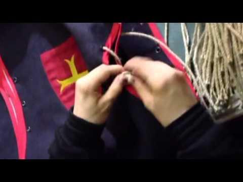 Déguisement de chevalier : mise en place des boutons puis des cordons.