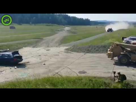 Rozpędzony czołg kontra auto osobowe. Tak się bawią żołnierze na poligonie