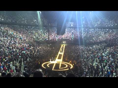 Edge, guitarrista de U2, cae del escenario durante concierto en Canadá