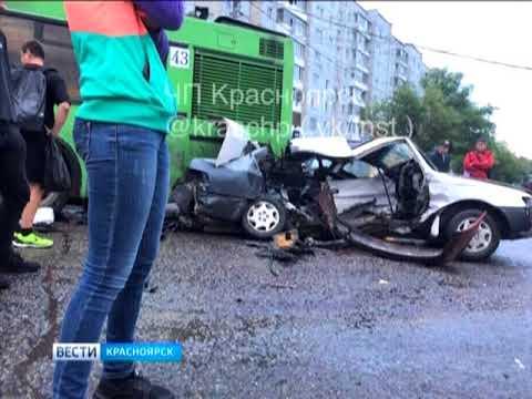 На улице Словцова столкнулись иномарка и маршрутка - DomaVideo.Ru