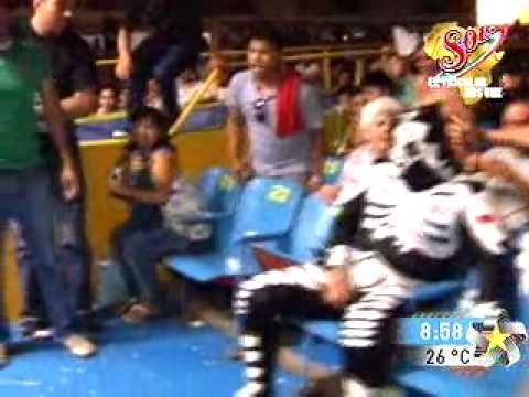 Luchador profesional La Park golpea a aficionado
