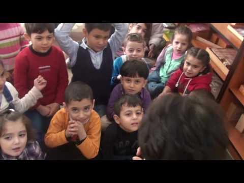 قراءة قصة لأطفال الفئة الثالثة في روضة المركز