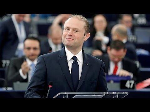 Πρωθυπουργός Μάλτας: Η ΕΕ δεν παραβιάζει τους κανόνες διεθνούς δικαίου για τους μετανάστες
