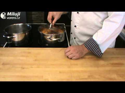 Dýňová polévka se špenátem a hráškem
