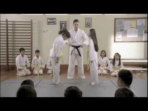 女生跆拳道比賽,竟然只靠頭髮就把對方打趴在地上!