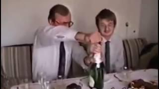 Synek daj szampana, tata pokaże jak się to robi. Sylwestra w polskim domu w latach 90