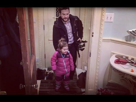 這位爸爸示範「不用弄髒手幫女兒脫鞋」的神技,看成功後女兒的大笑容就知道這招太讚了!