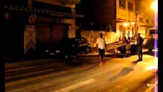 Boqueiros, ainda há pouco um  carro bateu na traseira de outro, em frente da minha janela. Rsssssssss O acidente foi por volta das  22H45 e parou a Rua João Batista, no centro de Barra do Piraí, nos quebras-molas do antigo Colégio Balão Mágico.Um Fiat Uno placa LPX3195 foi atingido na traseira por um veículo Gol, placa LCU9863, que foi lançado na calçada. O Corpo de Bombeiros chegou ao local e registrou a ocorrência e a Polícia Militar chegou logo depois. O Fiat é de táxi e  havia apenas o motorista no carro, e no Gol, uma fanília.Vamos para 1 da manhã e eles ainda estão agarrados lá fora. Ninguém se feriu e o proprietário do Gol se comprometeu pagar os prejuízos.