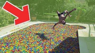 Video J'AI REMPLI MA PISCINE DE + DE 12 000 BALLES EN PLASTIQUES ! MP3, 3GP, MP4, WEBM, AVI, FLV Agustus 2018
