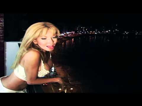 Sharon la Hechicera - Sentada en un Bar