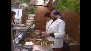 אלי יצפאן - עיראקית מחלקת מזון לעובדי הטלויזיה