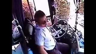 Tài xế xe bus ở Trung Quốc bị đâm thủng bụng nhưng vẫn cứu các hành khách