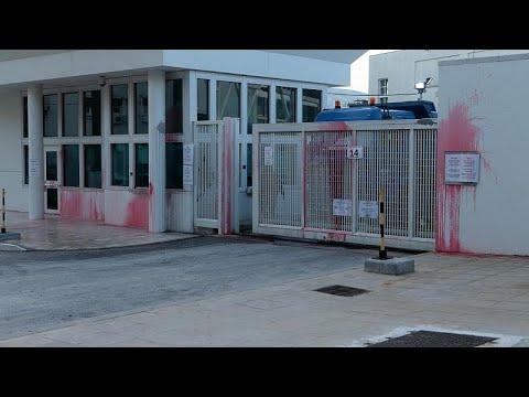 Επίθεση με μπογιές του Ρουβίκωνα στην αμερικανική πρεσβεία…