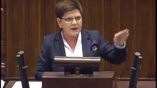 Wystąpienie Szydło: Stres, jąkanie, próba obrażenia Schetyny i brak Kaczyńskiego na sali.