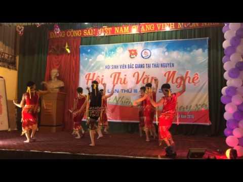 Các sinh viên Nam Đại học công nghiệp Thái Nguyên múa Chiều lên bản thượng