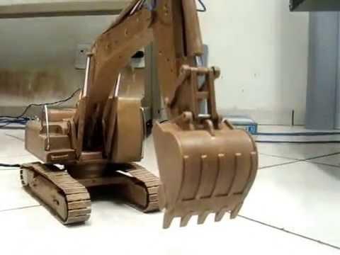 ''Escavadeira Hidraulica'' de Pvc de cano de agua feita a mão por um Portuense