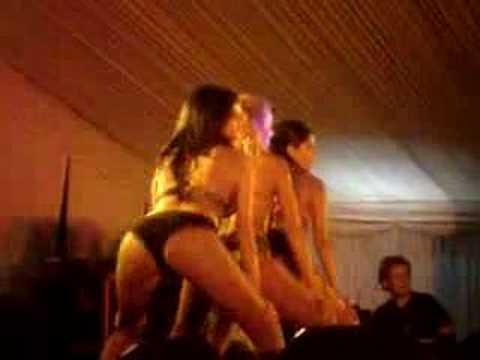 3 chicas sexis bailando El conejito