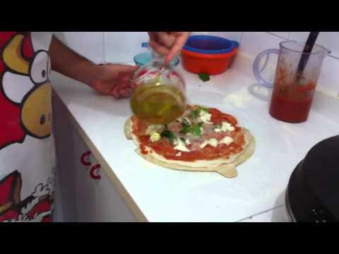 La vera pizza napoletana fatta in casa - videoricetta e trucchi. How to make home made pizza!