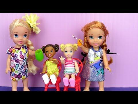 BABYSITTING ! Elsa and Anna toddlers help Skipper - Chelsea - Food - Sleep