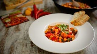 Corte as salsichas em rodelas. Lave os pimentos, limpe-os de sementes e corte em quadrados pequenos.