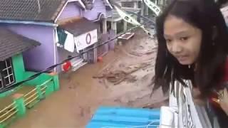 Video Detik Detik Kepanikan Banjir Kec Singojuruh Banyuwangi (22 Juni 2018) MP3, 3GP, MP4, WEBM, AVI, FLV Juli 2018