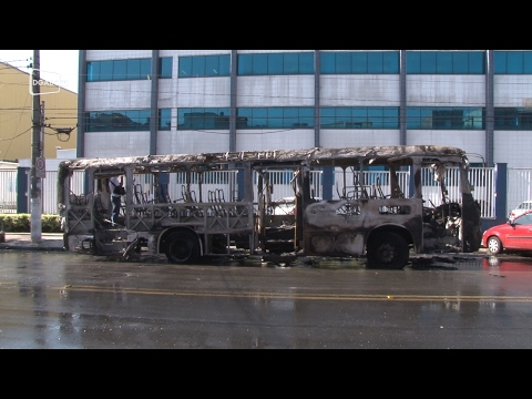 Manifestantes incendeiam dois ônibus municipais em Diadema;