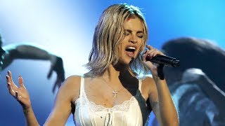 Selena Gomez Flashes Underwear & Is Booed At American Music Awards 2017