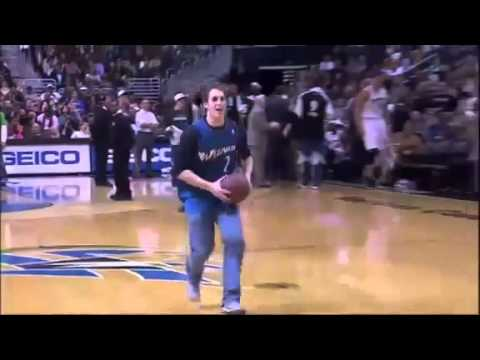 Fan makes a basketball dunk while he's on the phone (видео)