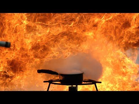 他們將油放在鍋子中點火然後到進水後,就成為這樣爆炸性的畫面!