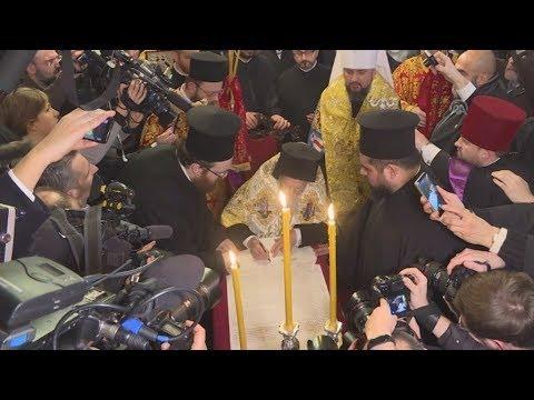 Ο Οικουμενικός Πατριάρχης υπέγραψε τον τόμο που παραχωρεί Αυτοκεφαλία στην Εκκλησία της Ουκρανίας