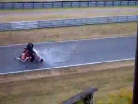Impactante motociclista arrollado por otra motocicleta