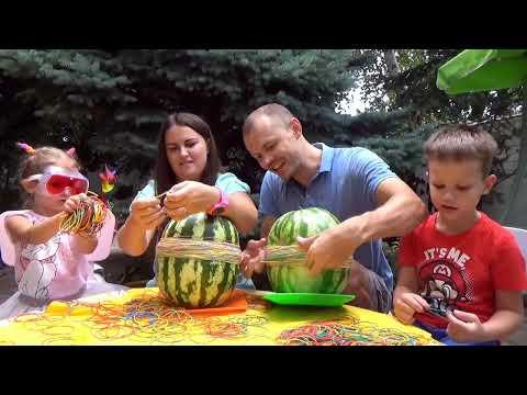 Арбуз ЧЕЛЛЕНДЖ мальчики против девочек взрываем арбуз резинками видео для детей - DomaVideo.Ru