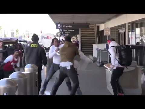 (FOOTAGE) TEKASHI 69 (6IX9INE) GETS INTO A FIGHT AT THE AIRPORT (LAX) (видео)