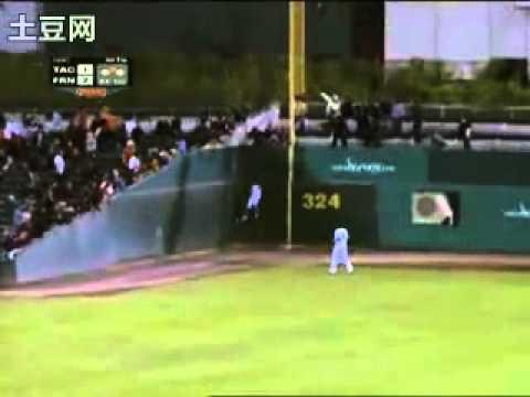 女蜘蛛人也跳上大聯盟看台接球,我看就算是大師兄林智勝也難逃一劫了!