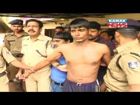 Video Two Men Attack Traffic Police In Bhubaneswar download in MP3, 3GP, MP4, WEBM, AVI, FLV January 2017
