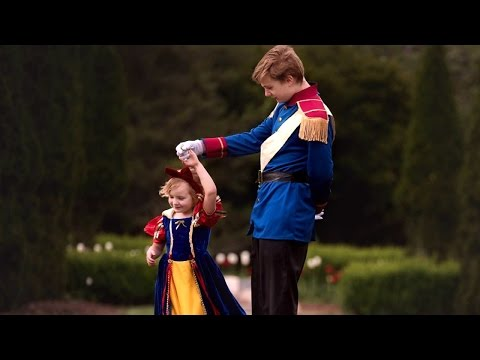 13歲憂鬱症哥哥為了「完成5歲妹妹心願」上網訂了這套服裝,結果他們的「王子公主照」讓一堆人看哭了!