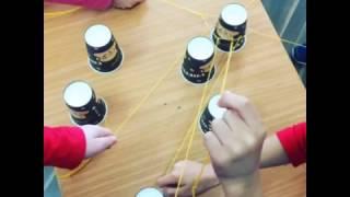 בניית מגדל כוסות בשיתוף פעולה: תרגול מיומנויות חברתיות