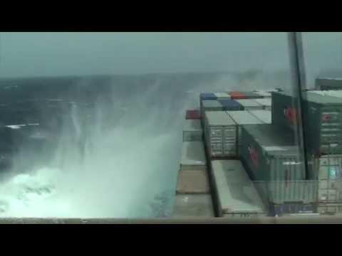 Деформация грузового судна во время шторма